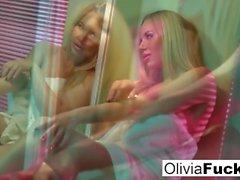 Super sexy Olivia prende in giro sotto la doccia