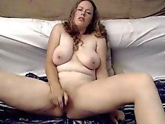 Großen natürliche Brüste Mädchen fickt Pussy mit Spielzeug