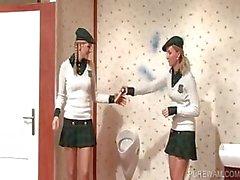 Lesbos vestidos ficar confuso no quarto dos homens