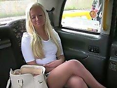 Blond Britisch schätzchen fickte auf eine Rücksitze gefälschten Taxis