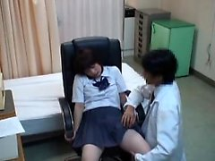 Petita studentessa asiatica ha un medico viziosa aratura il suo umido