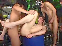 Euro Twinks Barebacking in een gang bang .