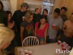 Muchachas de universidad traviesa Cerveza Pong juego se sale un poco hardcore