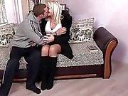 Blondi mummi nauttii seksiä nuoren miehen