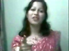 Индийская женщина взяв ее ванну вне