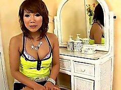 Mamãe slutty com pussy hairless faz exame do galo grande na garganta