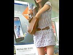 kısa etek kızın arkasında yürümek : 2. ( Çin)