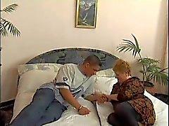 Oma en jongen op een bed