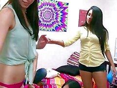 Las lesbianas la hermandad de mujeres tocando juegos de sexo utilizando una sybian