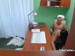 Hastanede rol oynayan porno oyuncusu