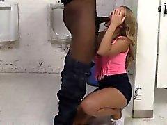Возбужденный блондин шлюха Candice Дэр трахают большими черными boners
