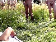 Den tyska slampa med stort falsk tuttar knullas många främmande naturen