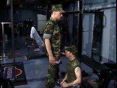 soldati derubati si mette in ginocchio per inghiottire il cazzo del il suo collega