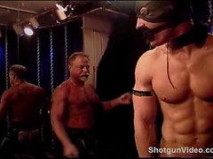 Abgedeckter Muskel Stud in Knechtschaft erhält eine Tracht Aufschlag sowie zu seinem großen männlich sein Knackarsch .
