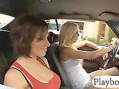Две сексуальность большие Груди пупсики стучал по гараже авто