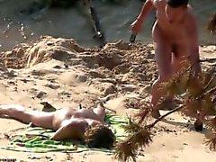 Paare, die auf Sandy Beach # 3