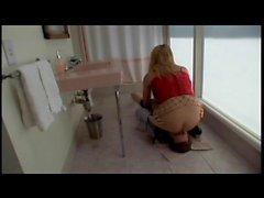 Branlette blond mignon encule mec excité sur un canapé