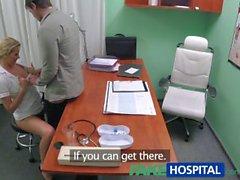 Enfermera FakeHospital ayuda espárrago tener una erección