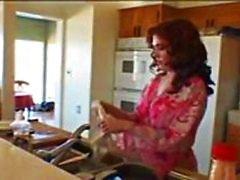 роговые ебут в кухне