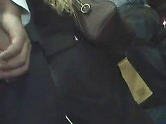 Блондинка Милф нащупала оргазм на автобусе и трахала