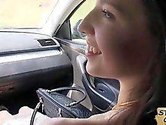 Teenie Hottie belichtet ihre Brüste zu für eine Fahrt zu
