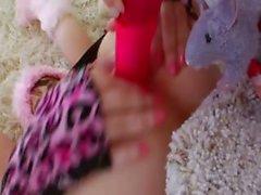 Sesso con pugni coglione di due pulcini sexy