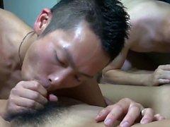 Jovencitos asiáticos chupando polla