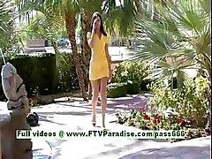 Medeline prachtige brunette tiener Vingeren en knipperende outdoor