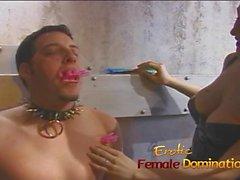 Deux maîtresses s'unissent et dominent Félix dans le donjon