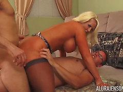 Alura Jenson расширяет ногами по хардкор 3 some угрожают угрожающей PornDoe