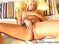 Curvy Buxom Blonde Bombshell Finger Bating zu Real Orgasmus