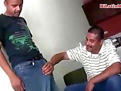 Biseksuele Mexicaanse mannen zuigen elkaars grote onbesneden vergas