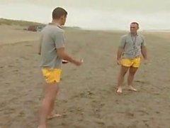 Die Männer von tiefem Wasser Strand