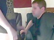 Милый парень ебет своего старшего товарища 1-й раз на вебкамеру