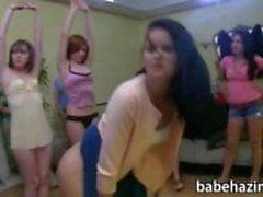 Colégio fraternidade lésbicas divertida troca de papéis no quarto de volta
