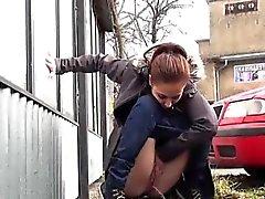 Jeunes filles pressées choisi de pisse dessus des rues