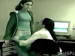 Brunette llamó seducir a su jefe lesbiano el despacho