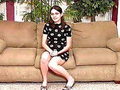 SEXY GRÁVIDAS n6 adolescente morena em um sofá