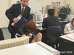 Jap Babe bureau attachée au président et au frappé à l'œuvre