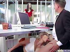 Schwülen Sekretärin von Gigi von Allens Büro bumsen