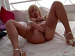 Пожилая британская шлюха трахает ее пронзили киски с большим пенисом