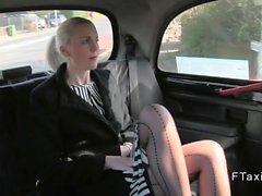 À long Blonde Colombie pattes en fausse en taxi donne pipe