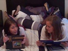 Aimee & Katie riechen ihre Strumpfhose