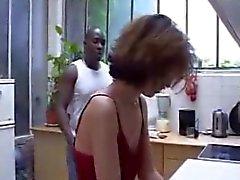 Mulher relaxada esposa tomadas na cozinha