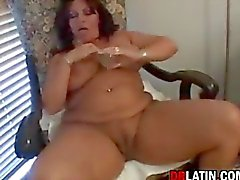 Mollig Latin Mami masturbiert
