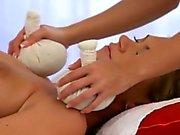 Sexig blondin lesbisk bruden att njuta av att få ett massage