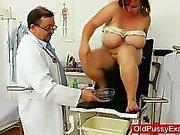 Жиров ИФОМ брюнетки получает гинекомастии