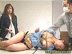 Japanse kantoor meisje vernederd en afgedroogd