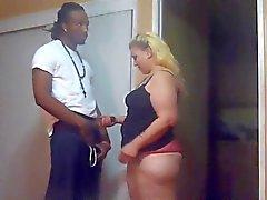 mulher corno mete caras negros na frente o marido