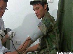 First time tizio malato in uniform fa succhiare